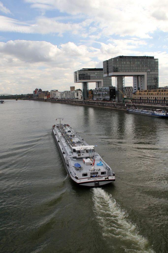 Kranhäuser über dem Rhein